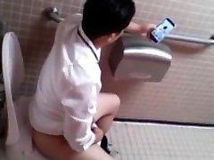 Flagrando punheta no banheiro