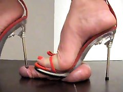 High Heels Trampling - Schwanz unter Absatz