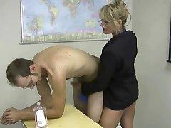 blonde mini-jupe masturbe