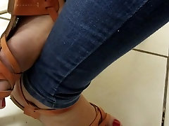 Teen feet in sandals on classroom pezinhos red nails toes