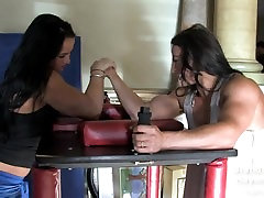 Hayley McNeff x Brandi Mae arm wrestle