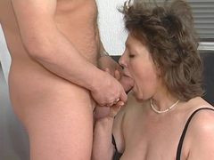 Mature lady has an experienced pussy