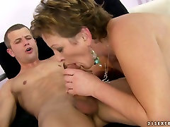 Mature trollop rides her lovers dick like a real pro