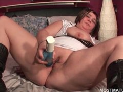Mature BBW fucking her peachy twat with a vibrator