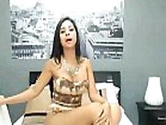 prostituta escort de medellin se pone de pie y muestra el culo