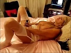 Mature English slut dildos her pussy