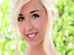 Ładny blond dziewczyna, pokazując
