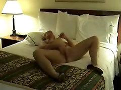 amature érett maszturbál az ágyon
