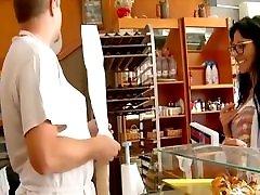 горячая брюнетка трахается в пекарне