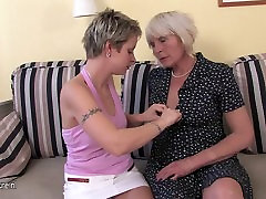 Mature lesbian mom fuck a hot girl