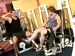 Muscly gay gym amateurs make out