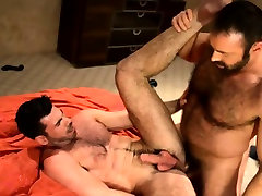 Hairy bear cumshot on muscly bear