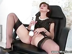 Mature brit pussy rubs with vibrator