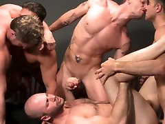 Muscle bear cumcovered after assfucking in group