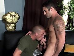 Muscle hunk sucks cock